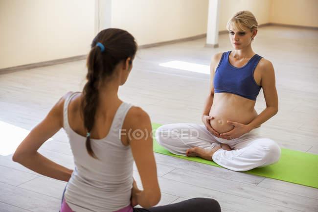 Yoga pré-natal, instrutor de ioga feminino, respiração — Fotografia de Stock