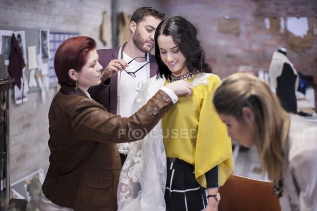 Misurazione per il cliente nello showroom di moda — Foto stock
