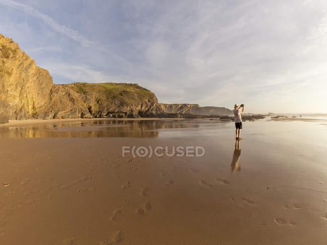 Imagens de tomar homem sênior na praia — Fotografia de Stock