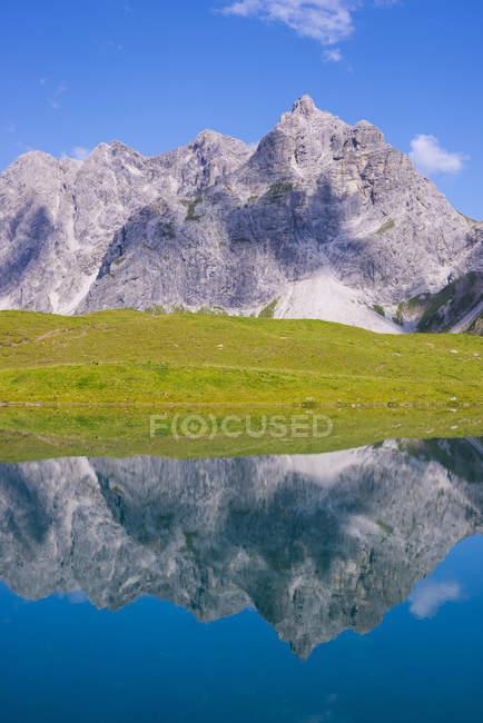 Alemanha, Bavaria, Allgaeu, Alpes Allgaeu, Oy vale, Lago Eissee, montanha Wilder mais grosseiros no fundo — Fotografia de Stock