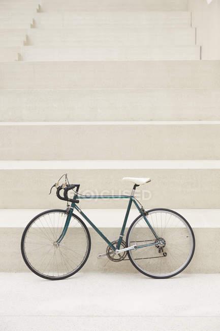Гоночних циклу, що стоїть перед сходи — стокове фото