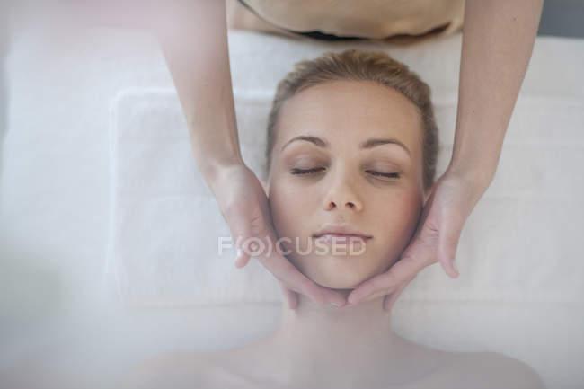 Giovane donna sdraiata sul tavolo da massaggio — Foto stock