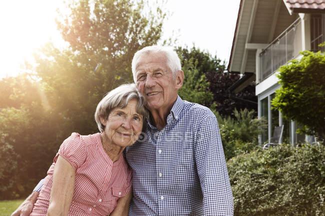 Glückliches Seniorenpaar steht im Garten — Stockfoto