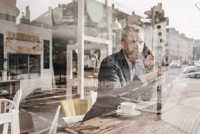 Geschäftsmann sitzt im Café — Stockfoto