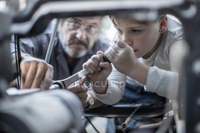 Man and boy working on car — Stock Photo