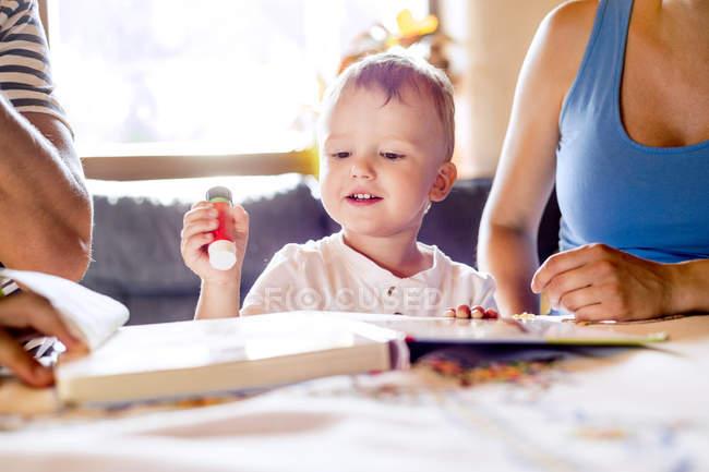 Семья, мастерить на кухонном столе — стоковое фото