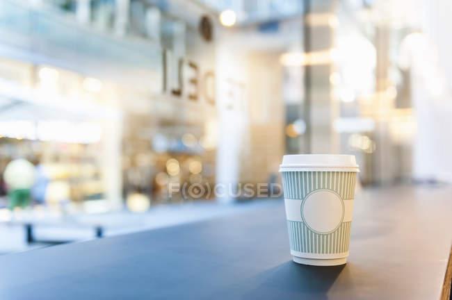 Close-up de café Takeaway no balcão — Fotografia de Stock