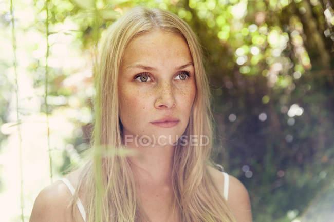 Портрет молодой женщины блондинка на природе — стоковое фото