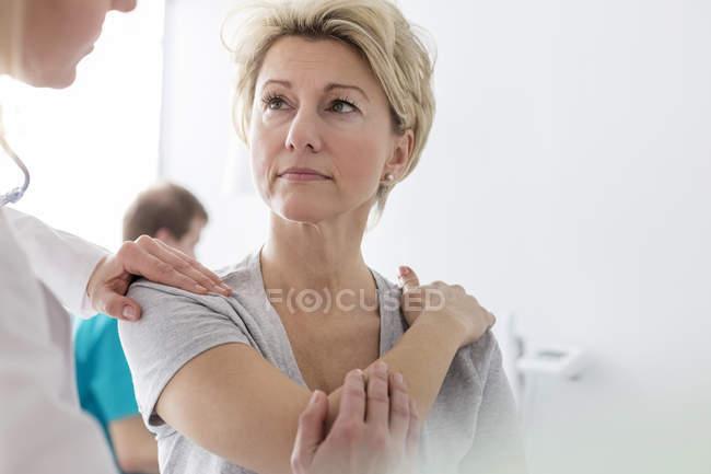 Doctor examining patient's shoulder — Stock Photo