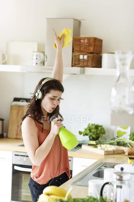 Молода жінка в кухні прибирання — стокове фото