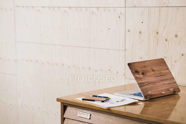 Laptop and smartphone on desk — Stock Photo