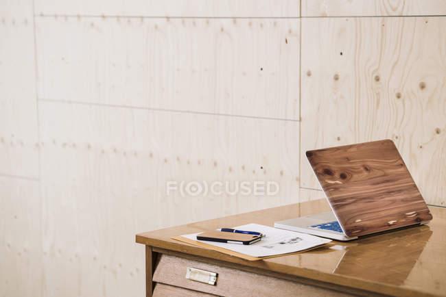 Laptop e smartphone sulla scrivania — Foto stock