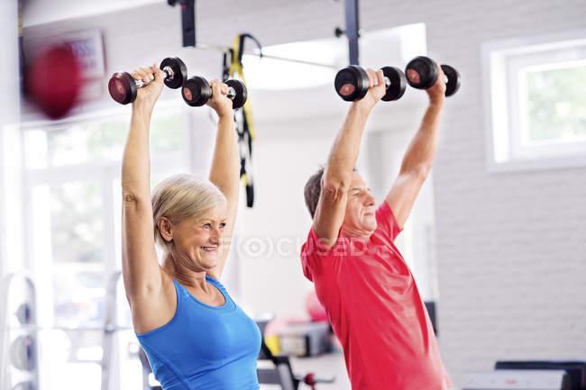 Зрелая женщина и пожилой мужчина тренируются — стоковое фото