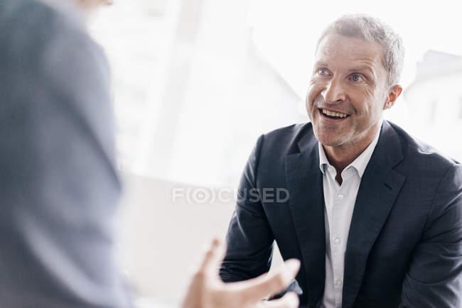 Businessman consulting customer — Stock Photo