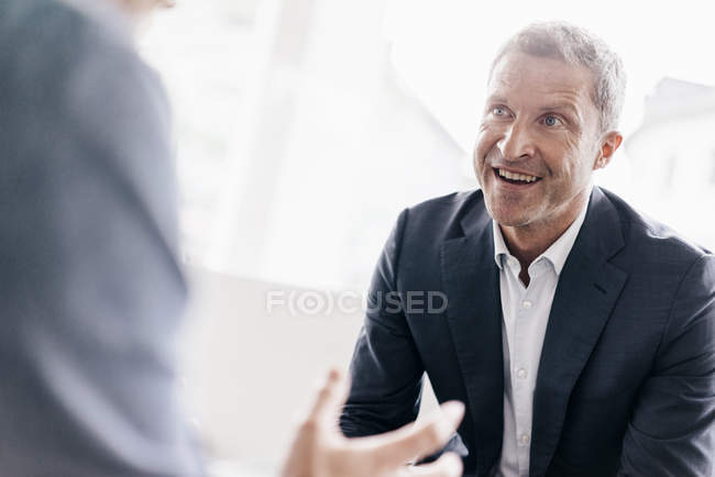 Businessman consulting customer — Stock Photo