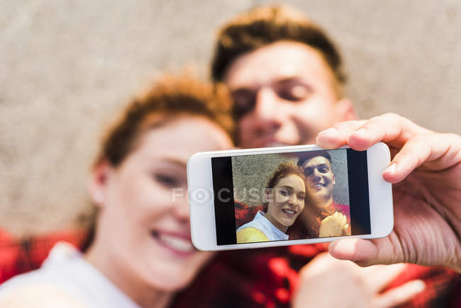Young couple taking selfie with smartpone — Stock Photo