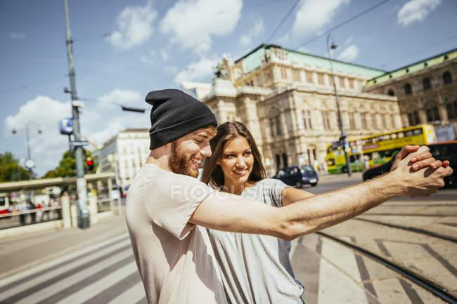 Австрия, Вена, счастливая молодая пара танцует венский вальс перед государственной оперой — стоковое фото