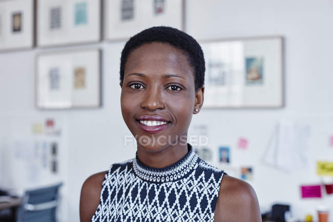 Портрет усміхненої жінки в офісі — стокове фото