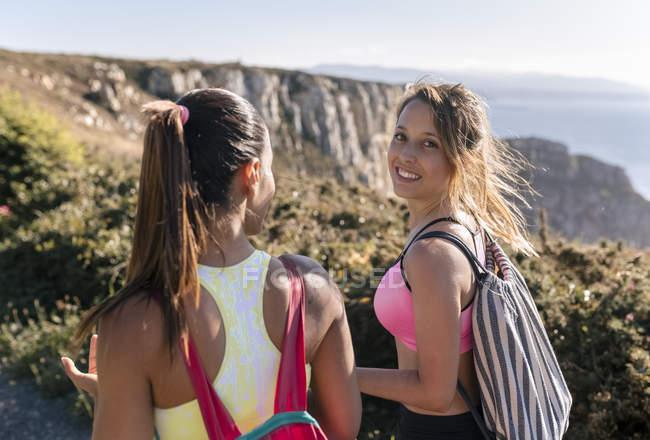 España, Asturias, dos deportistas hablando, en la costa - foto de stock