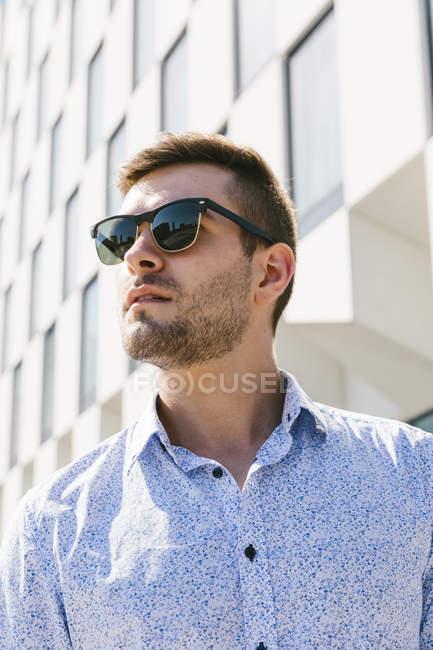 Uomo d'affari con gli occhiali da sole — Foto stock