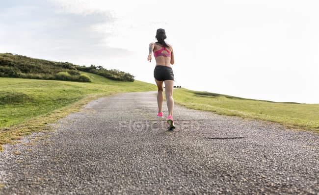 Asturien, Spanien, Läufer Frau Training im freien — Stockfoto