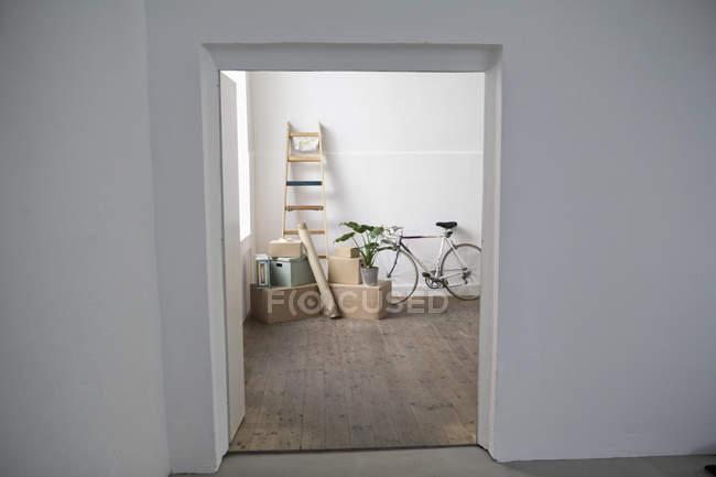 Vista diurna a través de cajas de cartón y escalera puerta - foto de stock