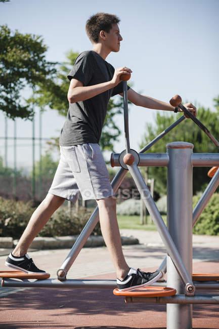 Подростковые упражнения на наружном фитнес-оборудование — стоковое фото
