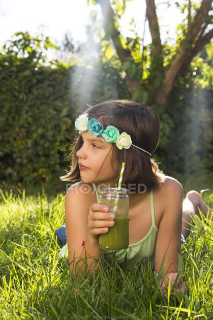 Дівчата носіння квіти, лежачи на луг — стокове фото