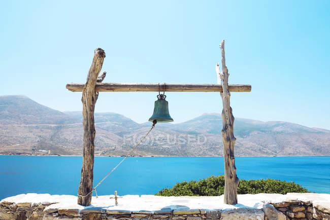 Греція, вид з Nikouria на острові Amorgos з будівництва Белл на передньому плані — стокове фото