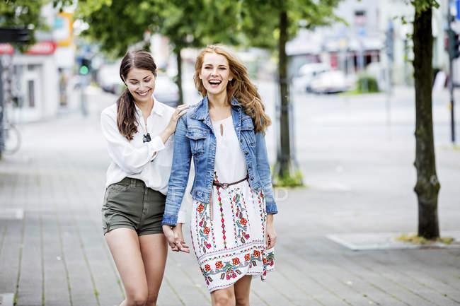 Women walking in city — Stock Photo