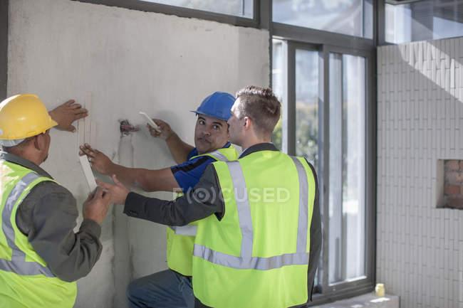 Архітектор-будівельні робітники на будівельному майданчику — стокове фото