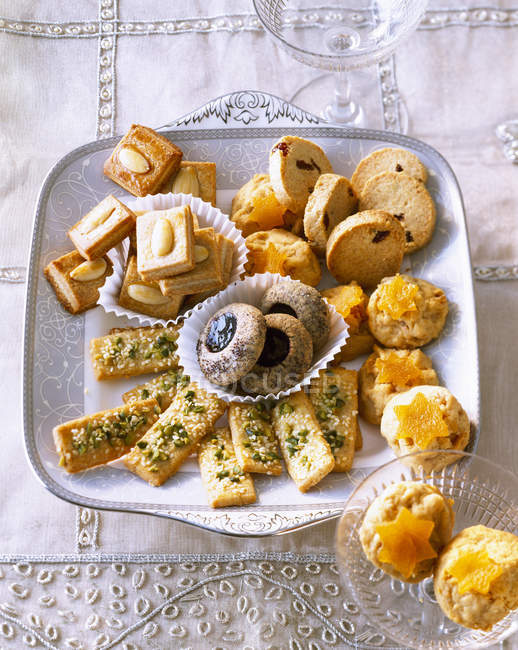 Various Christmas Cookies on tray - foto de stock