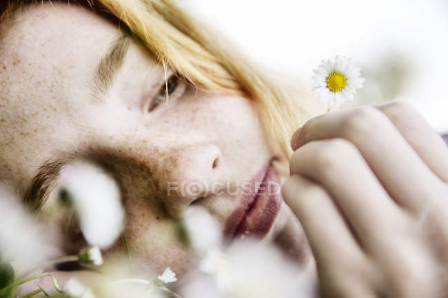 Girl holding daisy in her hand — Stock Photo