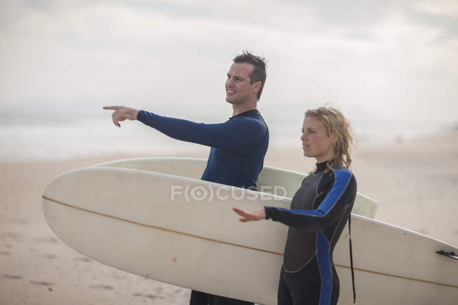 Couple with surfboards — Stock Photo