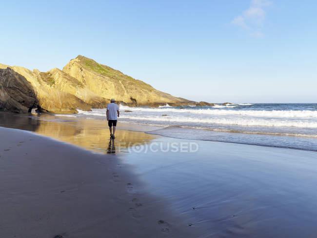 Último homem passeando na praia — Fotografia de Stock