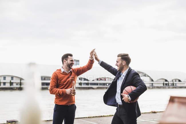 Kollegen, Basketball zu spielen, nach der Arbeit — Stockfoto
