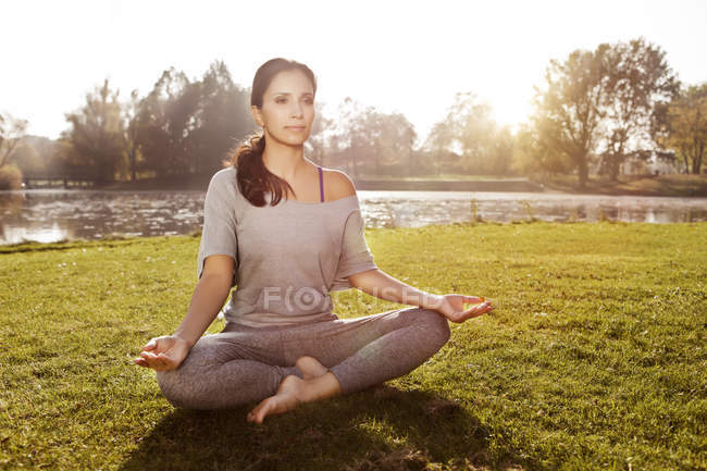 Frau zum Entspannen in Lotus Yoga-pose — Stockfoto
