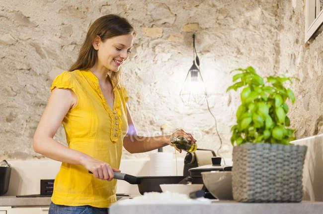 Frau bereitet Spaghetti-Sauce in Küche — Stockfoto