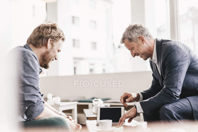 Businessman consulting customer in cafe — Stock Photo