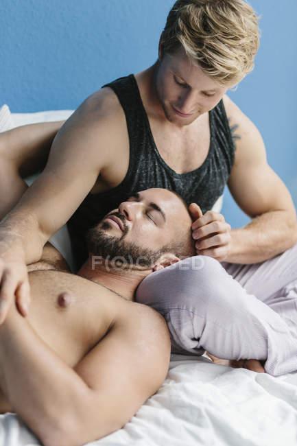 Gay A Letto.Coppia Gay Accarezzare L Altro Nel Letto Torso Nudo Due Persone