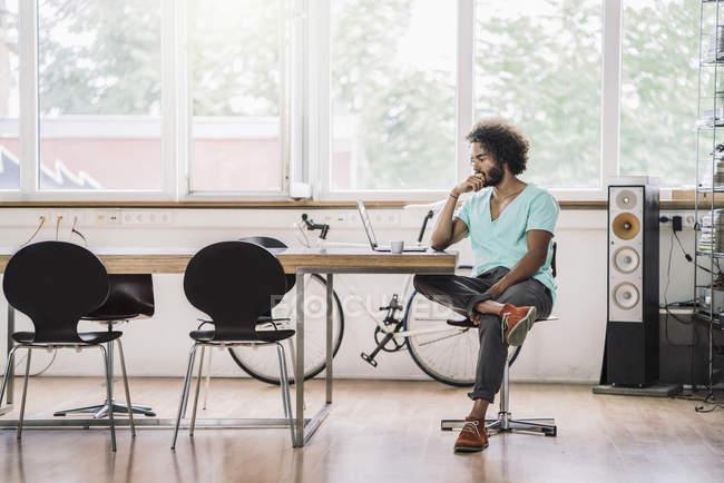 Designer assis dans un bureau moderne — Photo de stock