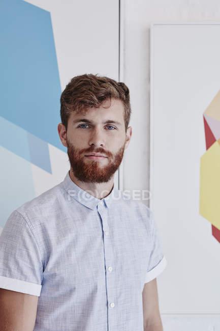 Портрет молодої людини перед візерункове стіни — стокове фото