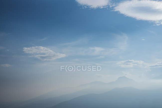 Paesaggio di montagna e nuvole — Foto stock