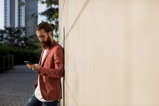 Fashionable man using smartphone — Stock Photo