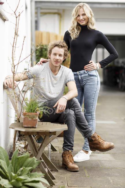 Молодая пара на заднем дворе — стоковое фото