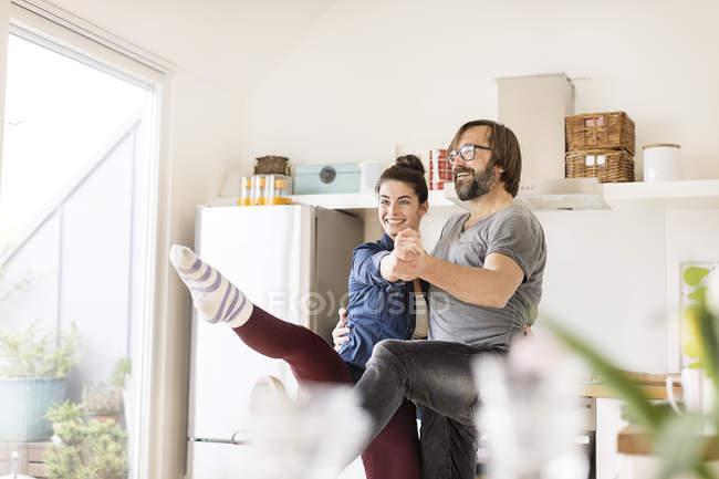 Улыбающаяся пара танцует — стоковое фото