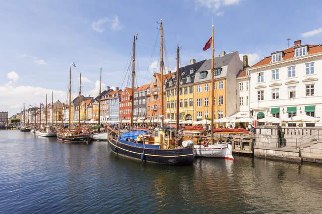 Dänemark, Kopenhagen, Nyhavn Kanal tagsüber — Stockfoto