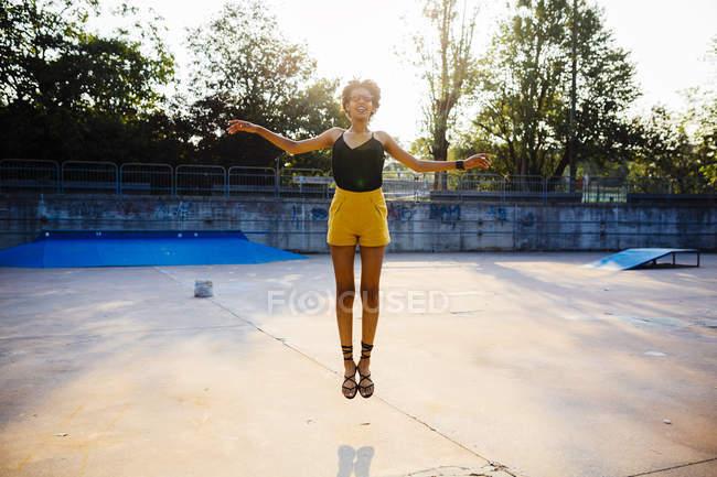 Giovane donna che salta in aria — Foto stock