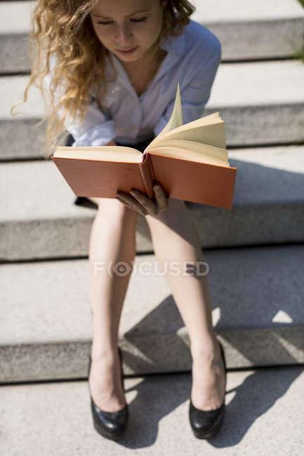 Frau liest Buch — Stockfoto