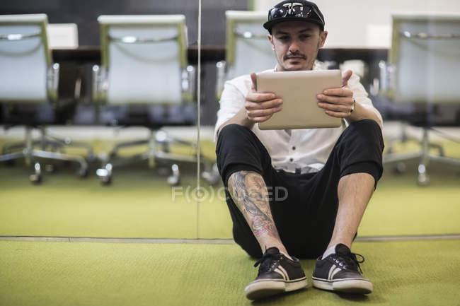 Mann mit digital-Tablette, sitzen auf Büroetage — Stockfoto